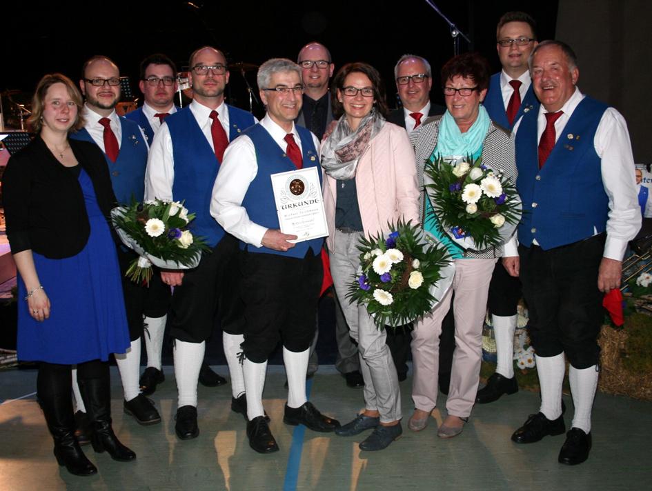Für seine Verdienste erhielt Michael Teichmann (Fünfter von links) die Sonderehrennadel des Bundes Deutscher Blasmusikverbände. Werner Günhter (rechts) wurde nach 62. Jahren als aktiver Musiker in den Ruhestand verabschiedet. | (c) fnweb, Stieglmeier